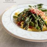 Makaron z sosem pomidorowym i szparagami