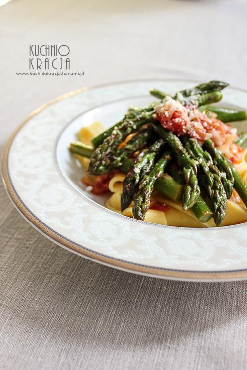 Makaron z sosem pomidorowym i szparagami, Fot. Hanami®