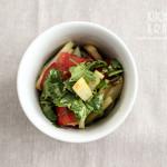 Sałatka pomidory, kalarepa, czosnek, kolendra