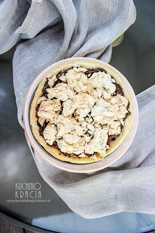 Ciasto francuskie z musem czekoladowym, orzechami laskowymi i bezami, Fot. Hanami®