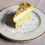 Urodzinowy biszkopt z kremem z zielonej herbaty matcha i kremowym musem brzoskwiniowym
