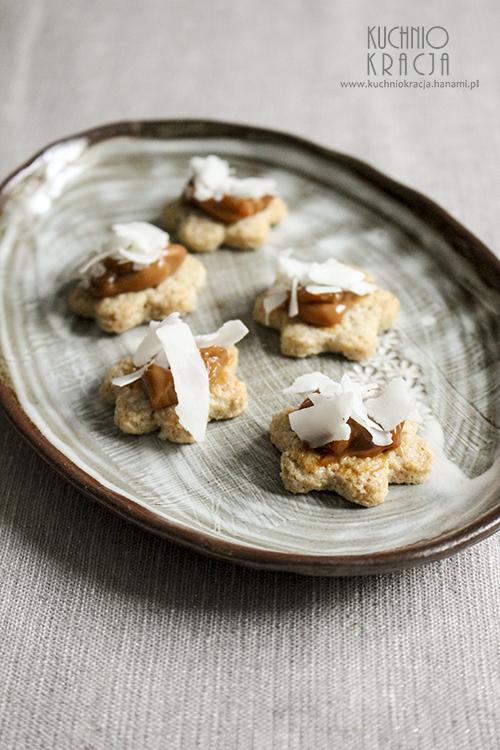 Ciasteczka owsiane z kajmakiem i płatkami kokosowymi, Fot. Hanami