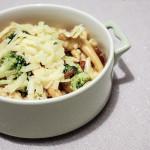 Makaron z brokułami, cebulą i serem cheddar
