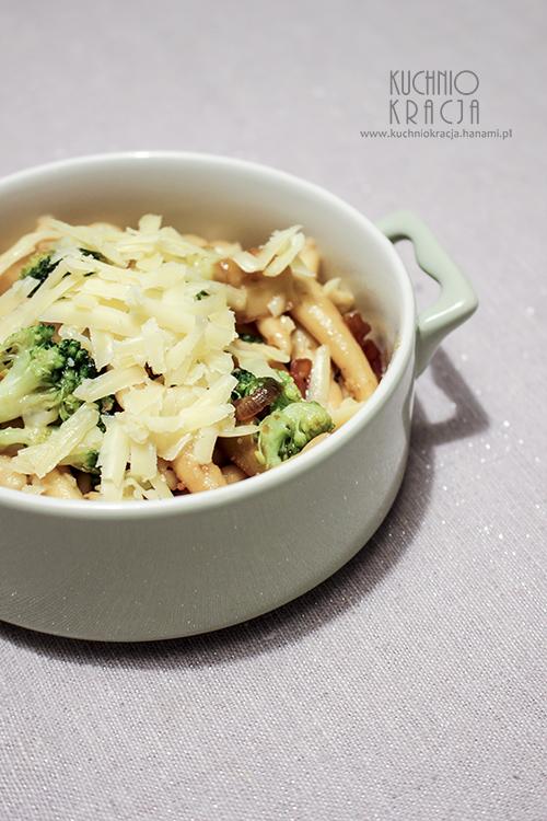 Makaron z brokułami, cebula i serem cheddar