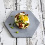 Jajka pieczone z oliwkami i suszonymi pomidorami