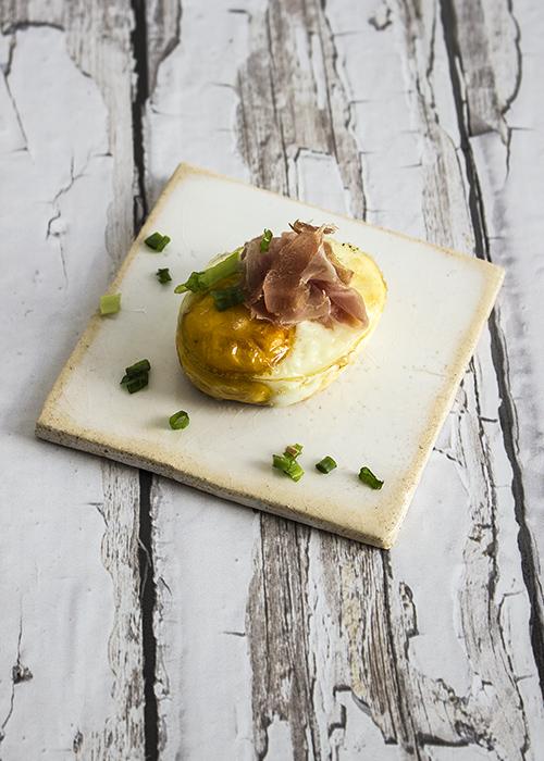 Jajka parmezan, szynka parmeńska, szczypiorek, Fot. Hanami