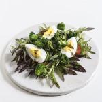 Sałatka jajka, brokuły, pomidorki koktajlowe
