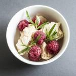 Szybki letni deser – bezy z owocami i ziołami