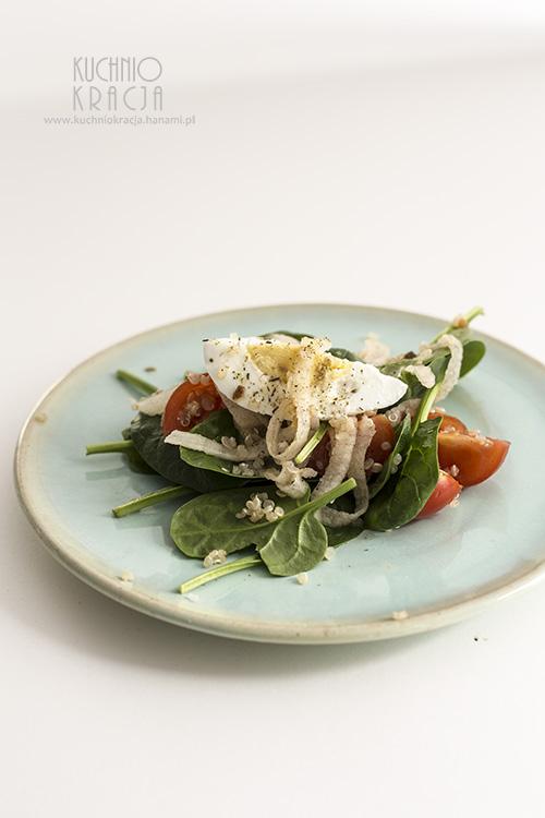 Sałatka ze szpinakiem, jakiem, białą rzodkwią i pomidorami koktajlowymi, Fot. Hanami