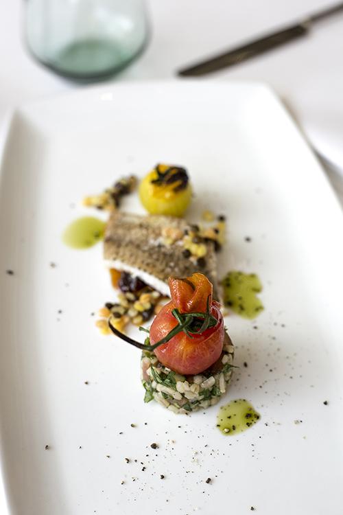Mazurska ryba, chutney z pomidorów z sałatką z pietruszki, kuskusu i soczewicą