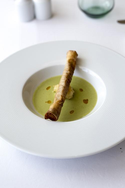 Zupa z zielonego groszku z roladką z homarem, pieczonym mango i oliwą z chili