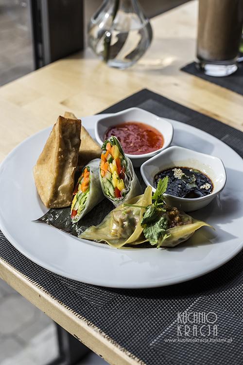 Talerz przekąsek - Fresh Rolls (pół-roladki ze świeżymi warzywami i sosem z tamaryndowca), pierożki Dim Sum z nadzieniem z podsmażanych warzyw oraz chrupiące kostki tofu. Podawany z dwoma sosami - słodkim z chili i sojowo-imbirowym, Restauracja Basil & Lime