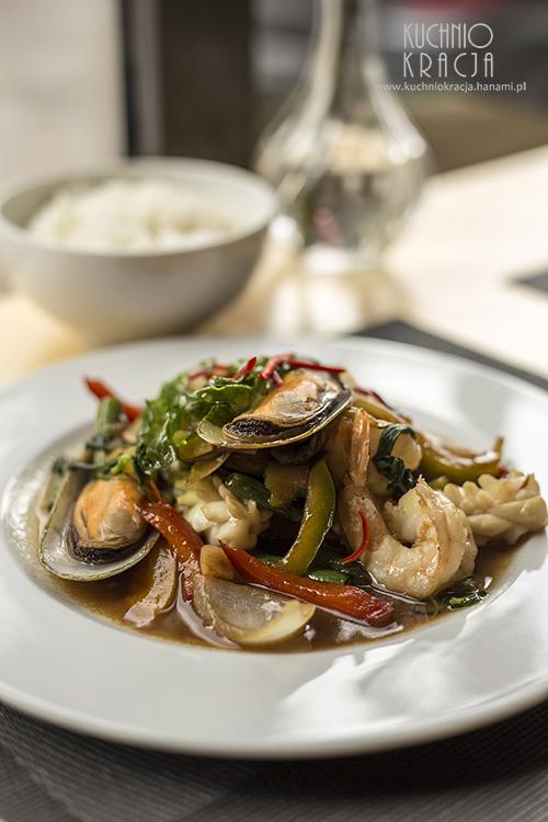 Owoce morza z woka z sezonowymi warzywami i tajską bazylią. Podawane z tajskim ryżem jaśminowym, Restauracja Basil & Lime
