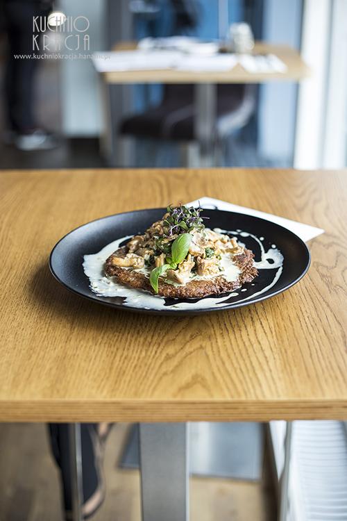 Placek BOHEMIA z kurkami, szpinakiem, bobem w kremowym sosie z dodatkiem koniaku, Restauracja Bohemia