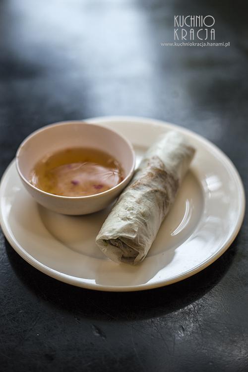Świńska skórka ze świeżymi ziołami zawijana w papier ryżowy, Fot. Hanami