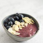 Smothie bowl – banan, truskawki, jagody i borówki amerykańskie
