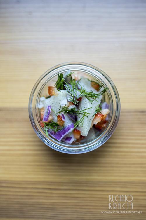 Śledzie z cebulą, papryką i koperkiem, Fot. Hanami