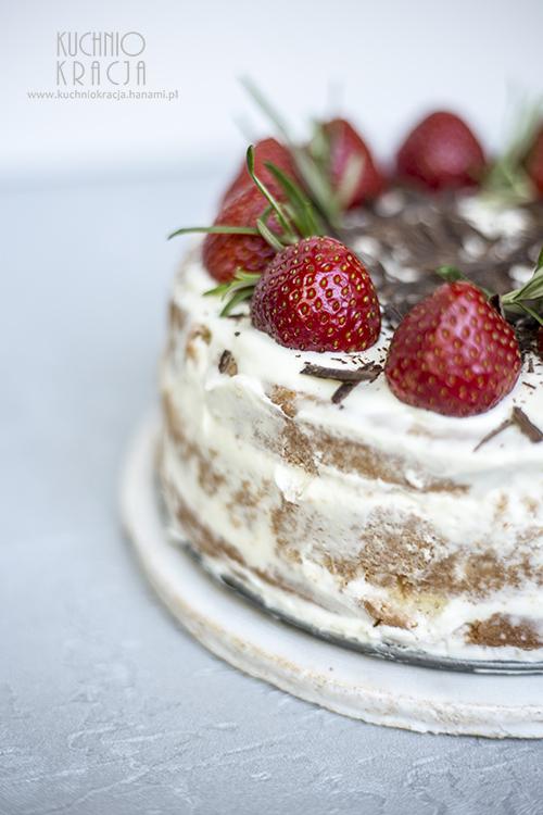 Tort z kremem z białej czekolady i truskawkami