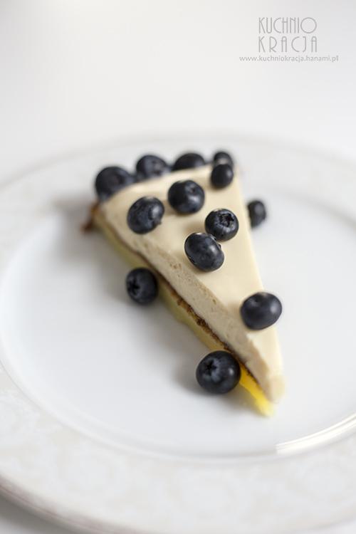 Ciasto bez mąki z kremem chałwowym i borówkami amerykańskimi, Fot. Hanami