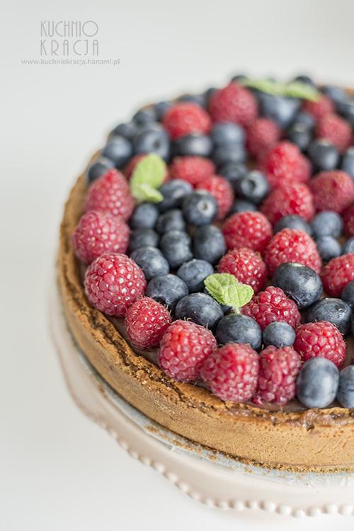 Ciasto czekoladowe bez mąki z borówkami i malinami, Fot. Hanami