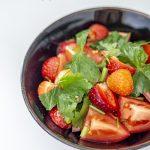 Sałatka z pomidorami, truskawkami i mitsubą