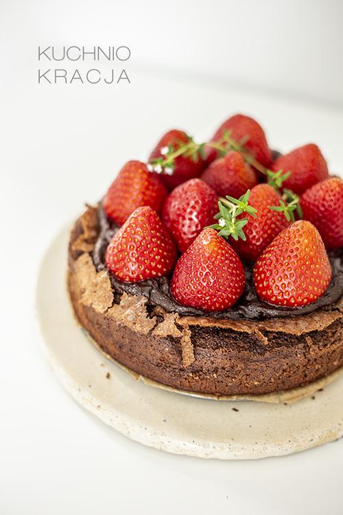 Ciasto czekoladowe bez mąki z kremem i truskawkami